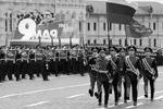 Парад по случаю 72-й годовщины Победы в Великой Отечественной войне состоялся в Москве, в нем участвовали более 10 тыс. военных, 114 единиц техники и 72 вертолета и самолета. В начале парада гвардейцы Преображенского полка вынесли на Красную площадь флаг России и Знамя Победы (фото: Михаил Метцель/ТАСС)