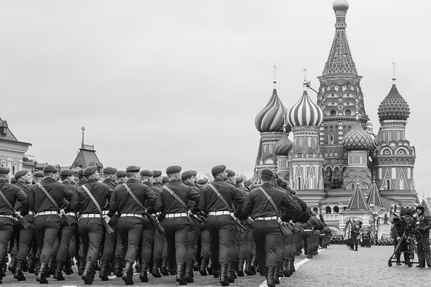 Военнослужащие на Красной площади во время парада