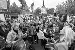 Франция, Париж. Участники акции памяти «Бессмертный полк» в преддверии празднования Дня Победы (фото: Доминик Бутен/ТАСС)