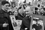 Владимир Путин с портретом своего отца-фронтовика Владимира Спиридоновича принимает участие в шествии «Бессмертный полк» (фото: Алексей Никольский/РИА Новости)