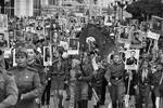 Участники акции «Бессмертный полк» в Симферополе (фото: Александр Полегенько/РИА Новости)
