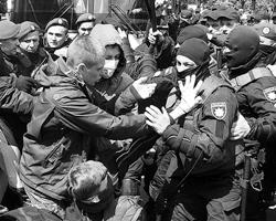 Полиция жестко реагировала на попытки фашистсвующих активистов сорвать праздник(фото: Lehtikuva Lehtikuva/Reuters)