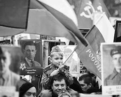 В «Бессмертном полку» мы получили свой российский культ предков-героев (фото: Максим Блинов/РИА Новости)