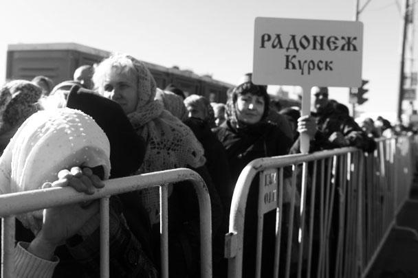 В очереди не только москвичи, россияне едут со всех концов страны, некоторые специально взяли отпуск, чтобы поклониться мощам