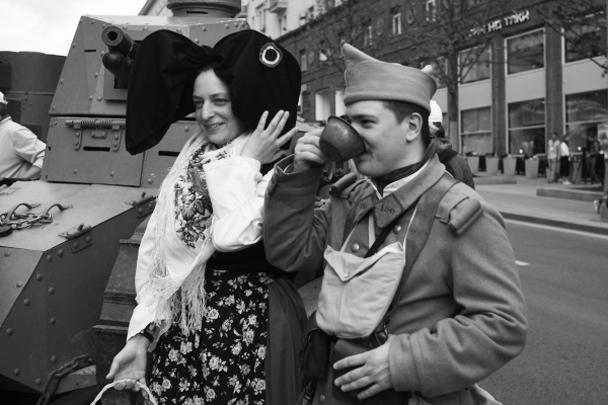Участники театрализованной постановки «Мобилизация», посвященной началу Великой Отечественной войны, на Тверской улице во время празднования Дня России в Москве