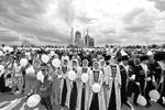 Участники на праздничном митинге-концерте в честь Дня России в Грозном (фото: Саид Царнаев/РИА «Новости»)