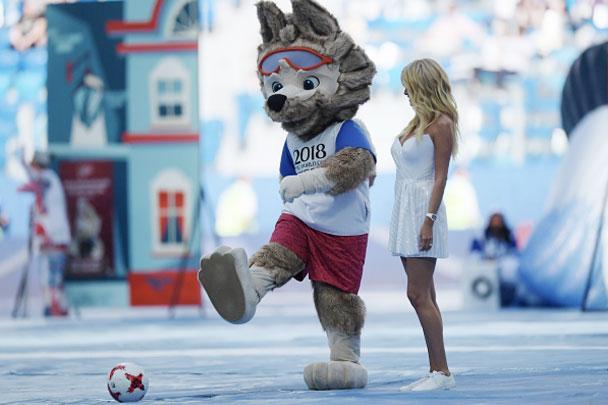 Официальный талисман чемпионата мира по футболу 2018 и Кубка конфедераций FIFA 2017 волк Забивака (слева) и телеведущая Виктория Лопырева были одними из главных героев церемонии