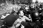 Противники «Марша равенства», представители радикальных националистических организаций, пытались препятствовать шествию. Для этого они по кругу двигались по одному из наземных переходов на улице Владимирской, слышны были взрывы петард (фото: Sergei Chuzavkov/AP/ТАСС)