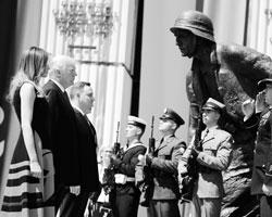 Сообщил ли Путин Трампу, что, повторяя за поляками сомнительные версии, Америка без всякой надобности идет не только против России, но и против истины? (фото: Carlos Barria/Reuters)