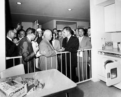 Спор между советским  лидером Никитой Хрущевым и Ричардом Никсоном(фото: ASSOCIATED  PRESS/AP/ТАСС)