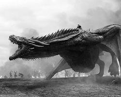По-прежнему великолепны батальные сцены – особенно впечатляет атака дотракийцев при поддержке огнедышащего дракона (фото: HBO)