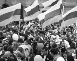 Демократия – это власть народа, когда большинство получает возможность выразить свою волю (фото: Сергей Фадеичев/ТАСС)