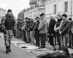 Почему-то в исламских регионах, таких как Чечня или Адыгея, линейки пройдут вовремя (фото: Сергей Савостьянов/ТАСС)