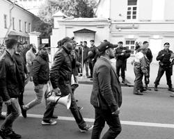 Российские мусульмане  протестуют под посольством Мьянмы против геноцида (фото:  Максим  Григорьев/ТАСС)