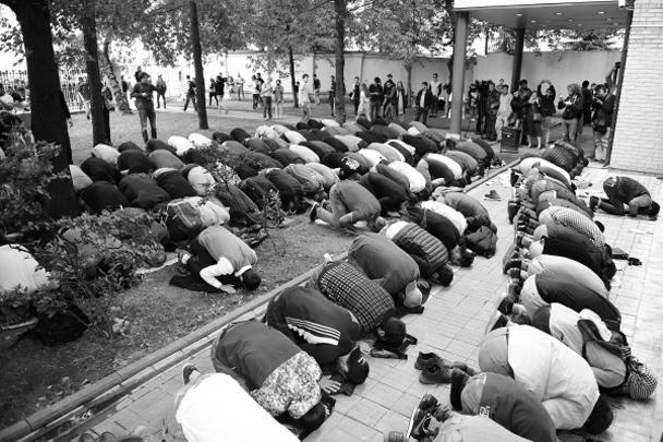 Митинг мусульман закончился после 4 часов дня по московскому времени совместной молитвой.<br>Кампании в поддержку единоверцев-мусульман Мьянмы неоднократно проводились исламскими организациями по всему миру.<br>На сей раз поводом для акции в городах России стали недавние сообщения о действиях военных в Мьянме.<br>В ходе боестолкновений правительственных сил и боевиков-рохинджа на севере штата Ракхайн, где живет народ рохинджа, по данным властей, погибли почти 400 человек: 370 мусульманских боевиков, 15 представителей армии и 14 мирных жителей. Рохинджа также обвиняют в разрушении статуй Будды