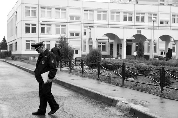 С подростком работают сотрудники полиции. По одной из версий, причиной случившегося мог стать конфликт ученика с учительницей или с одноклассниками