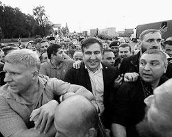 И пограничники, и сотрудники СБУ могли остановить самого Саакашвили и его сторонников, но явно не пожелали этого сделать (фото: Valentyn Ogirenko/Reuters)