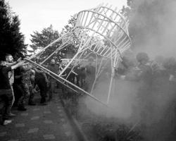 Фоном для нынешнего судебного заседания по делу 2 мая стала настоящая война, развернувшаяся в городе между местными кланами (фото: Архип Верещагин/ТАСС)