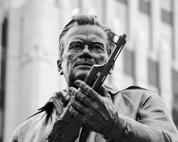 Герой никогда не воспользуется оружием, которое держит (фото: Валерий Шарифулин/ТАСС)