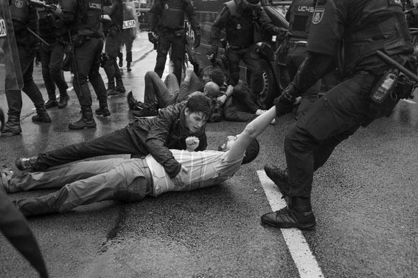 Действия полиции возмутили не только каталонцев. «Некоторые сцены в Каталонии, имевшие место этим утром, – шокирующие и необоснованные. Просто дайте людям проголосовать», – заявила первый министр Шотландии Никола Стерджен