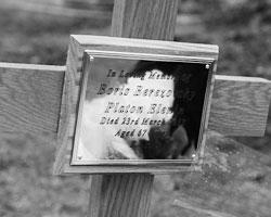 За захоронением Березовского с простым деревянным крестом никак не ухаживают (фото:Алексей Филиппов/РИА Новости)
