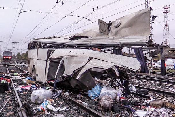 Автобус попал под поезд на сахалине