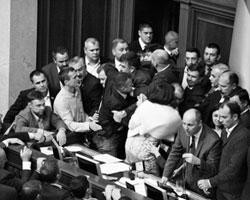 Около трибуны несколько раз возникали рукопашные  схватки(фото: РИА Новости)