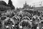 Хмурая погода и моросящий дождь не испортили настроение участникам шествия (фото: Сергей Бобылев/ТАСС)