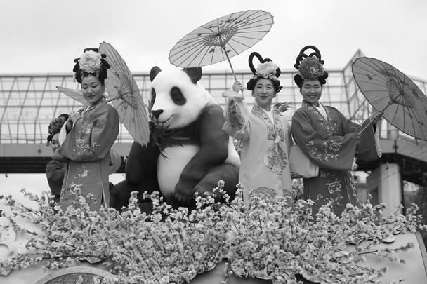 Китайская делегация использовала в оформлении своей платформы образ панды и явно не прогадала