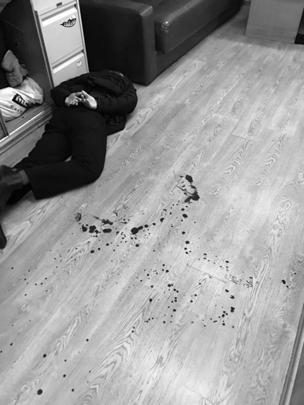 Неизвестный проник в помещение радиостанции, брызнул в лицо одному из охранников газ из баллончика, а второго полоснул ножом, после чего ворвался в редакцию, проследовал к рабочему месту Фельгенгауэр, где и совершил нападение