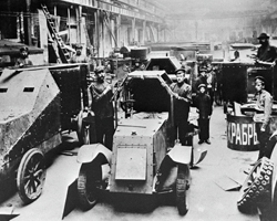 Сборка броневиков на Ижорском заводе (фото: РИА Новости)