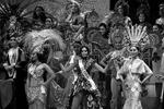 Ванесса Монсалве из Колумбии в окружении участниц конкурса красоты. Общий выход девушек в финале дефиле национальных костюмов Miss International World 2017 (фото: Toru Hanai/Reuters)