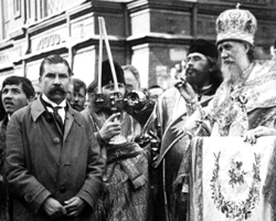 Патриарх Московский и Всея Руси Тихон служит молебен у Никитских ворот (фото: РИА Новости)