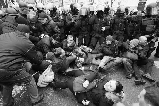 Внизу началась потасовка. Сторонники Саакашвили попытались атаковать сотрудников правоохранительных органов (среди которых были и спецназовцы СБУ). Спецназ потеснил собравшихся, после чего появились сообщения  о первом пострадавшем