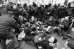 Внизу началась потасовка. Сторонники Саакашвили попытались атаковать сотрудников правоохранительных органов (среди которых были и спецназовцы СБУ). Спецназ потеснил собравшихся, после чего появились сообщения  о первом пострадавшем  (фото: Valentyn Ogirenko/Reuters)