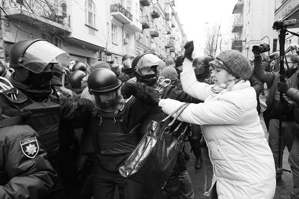 Гражданский протест принимал различные формы – от безобидных «атак» на хорошо экипированных правоохранителей до более серьезных актов неповиновения. Сообщалось, что один из активистов, находящихся у дома в Киеве, где был задержан Саакашвили, облился жидкостью, похожей на бензин, и попытался облить ею находящихся поблизости людей