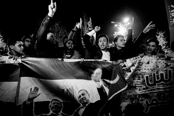 Участники акции протеста в Стамбуле держат египетский флаг с изображением двух президентов: нынешнего лидера Турции Реджепа Тайипа Эрдогана и свергнутого египетского президента, ставленника «Братьев-мусульман» Мухаммеда Мурси. При Мурси отношения Египта и Израиля резко осложнились. На Эрдогана возглагают надежду как на лидера мусульманского мира, готового противостоять Израилю