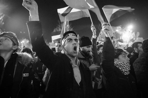 """Акция протеста в Стамбуле прошла перед мечетью Фатих. Здесь покоится султан Мехмед II, завоевавший Константинополь для """"мира ислама"""". До Первой мировой войны Иерусалим был под властью османских султанов, считавшихся также халифами правоверных"""
