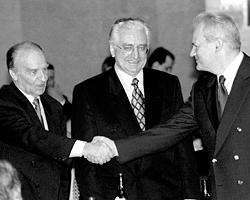Президент БиГ Алия Изетбегович, президент Хорватии Франьо Туджман и президент Сербии Слободан Милошевич на подписании Дейтонских соглашений (фото: Yannis Behrakis/Reuters)