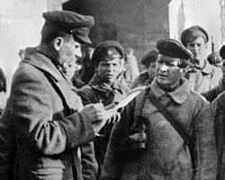 Чекисты Дзержинского получают очередное боевое задание. 1919 г. (фото: РИА Новости)