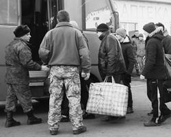 Остается порадоваться за тех, кто после нескольких лет пребывания в плену и в украинских тюрьмах получил возможность вернуться на Родину (фото: Valentyn Ogirenko/Reuters)