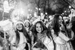 В параде приняли участие около ста Снегурочек (фото: Евгения Новоженина/РИА Новости)
