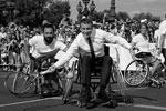 Право на проведение летних Олимпийских и Паралимпийских игр в 2024 году досталось Франции. В рамках празднования Олимпийских дней в Париже президент страны Эммануэль Макрон сел в инвалидное кресло, чтобы сыграть в теннис и выразить уважение спортсменам, которые готовы ставить рекорды вопреки физическим ограничениям (фото: Jean-Paul Pelissier/Reuters)