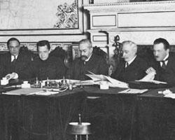 Первый состав Временного правительства, в центре - князь Львов (фото:Jakov Vladimirovic Stejnberg/wikipedia.org)