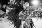 В Бразилии по традиции за 40 дней до Пасхи прошел фестиваль, который предваряет начало Великого поста. В этом году он проходил с 10 до 13 февраля. Он невероятно популярен среди туристов, которые едут со всего мира, чтобы увидеть праздник музыки, танцев, перьев и ярких эмоций (фото: Gilson Borba/Zuma/ТАСС)