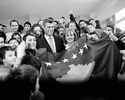 Президент Косова и бывший лидер боевиков АОК Хашим Тачи со школьниками (фото: Stoyan Nenov/Reuters)