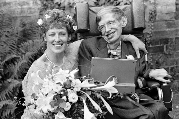 Стивен Хокинг и его жена Элейн Мейсон позируют после свадьбы в церкви святого Варнавы 16 сентября 1995 года