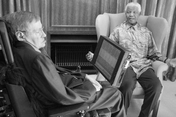 Бывший президент Южной Африки Нельсон Мандела с физиком-теоретиком Стивеном Хокингом в офисе Фонда Манделы в Йоханнесбурге 15 мая 2008 года