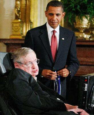 Президент США Барак Обама вручает медаль свободы Стивену Хокингу во время церемонии в Восточном зале Белого дома в Вашингтоне 12 августа 2009 года. Медаль является высшей гражданской наградой страны