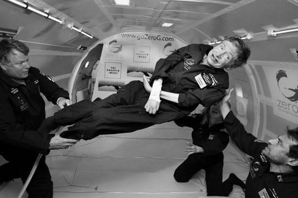 Знаменитый британский астрофизик, который более 40 лет прикован к инвалидному креслу из-за наследственного заболевания, 26 апреля 2007 года совершил свой первый полет в невесомости